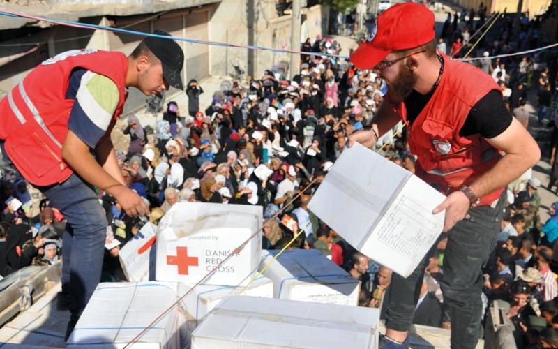الصورة: سكان دير الزور ينتظرون الفطائر والبيتزا والدجاج