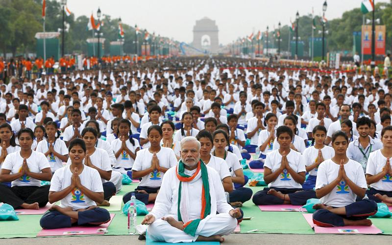 رئيس الوزراء الهندي ناريندا مودي يقود جلسة عامة لرياضة اليوغا التي شاعت عبر العالم.  أرشيفية