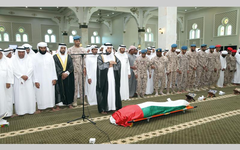 خلال صلاة الجنازة على جثمان الشهيد ناصر المزروعي في جامع سيد الشهداء بكلباء. من المصدر