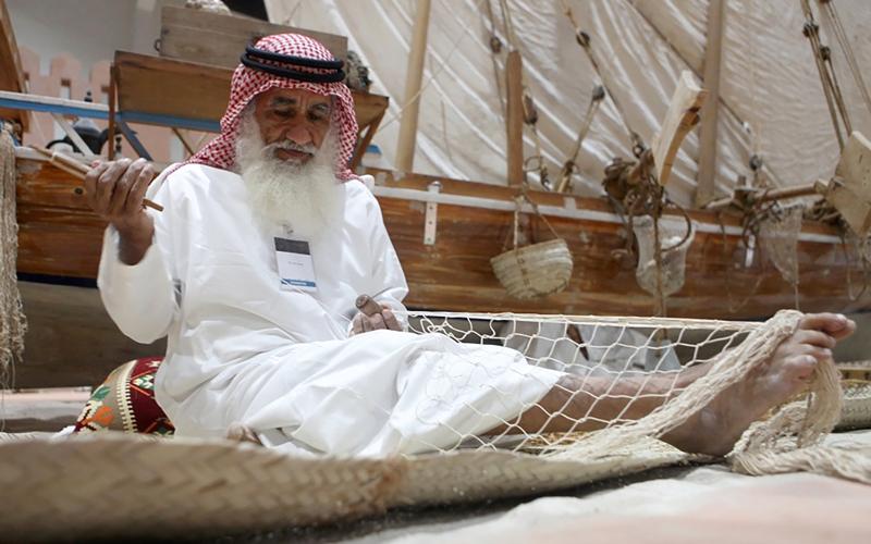 صيادون لايزالون يتمسكون بمهنة الآباء والأجداد رغم ما يواجهونه من صعاب. الإمارات اليوم