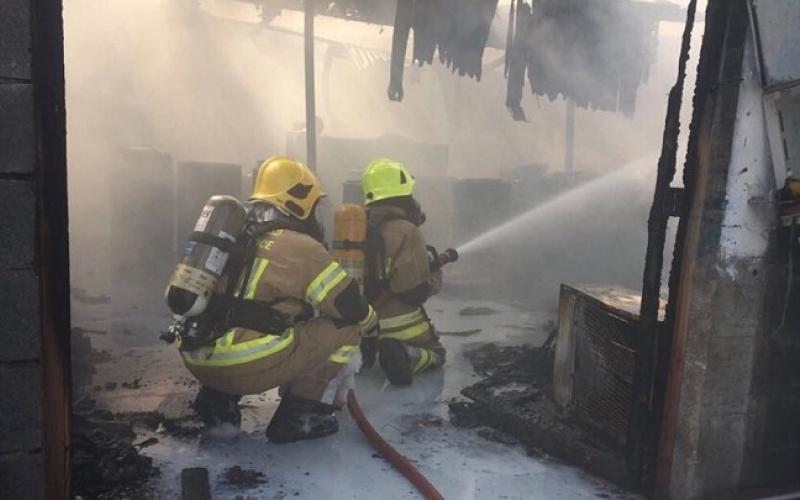 الصورة: الدفاع المدني تسيطر على حريق اندلع في سكن للعمال في جزيرة السعديات