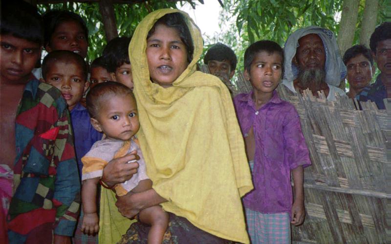 أطفال الروهينغا   يفرّون إلى بنغلاديش  دون معيل