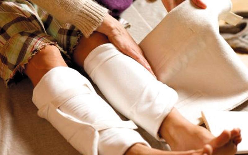 الصورة: الكمادات تساعد في علاج إجهاد عضلة الساق