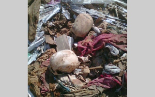 الصورة: لصوص القبور يلقون 4 أكياس جماجم   و95 جثة في طريق عام
