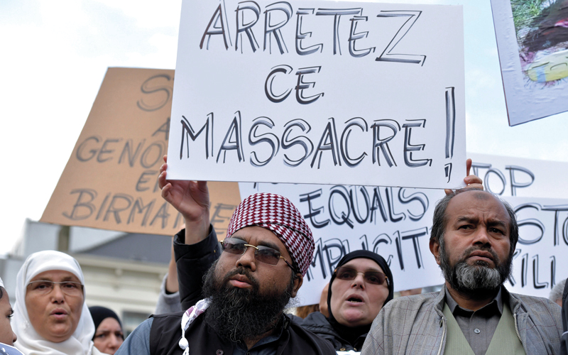 «أوقفوا المذبحة» لافتة حملها متظاهرون ضد السلطات البورمية. أ.ب