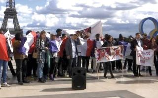 الصورة: احتجاجات تستقبل تميم عند أبواب الإليزيه.. وميركل تطالبه بتحسين أوضاع العمال