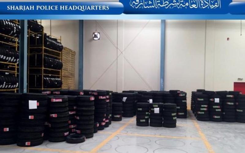 الصورة: شرطة الشارقة تلقي القبض على عربيين يتاجران بالإطارات المقلدة