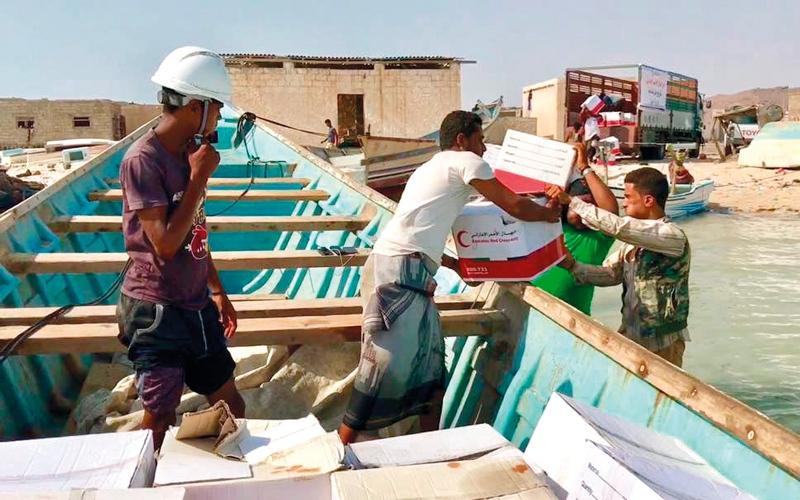 الصورة: «الهلال» تقدم مواد إغاثية لسكان جزيرة ميون اليمنية