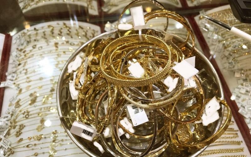 الصورة: شرطة أبوظبي تضبط 27 كيلوجراماً من المشغولات الذهبية المقلدة