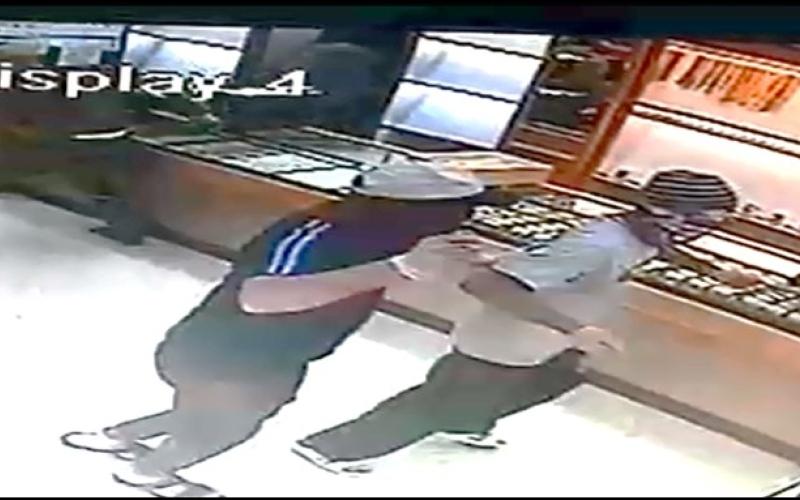 الصورة: محاكمة 5 ملثمين سطوا بالإكراه على محل ذهب