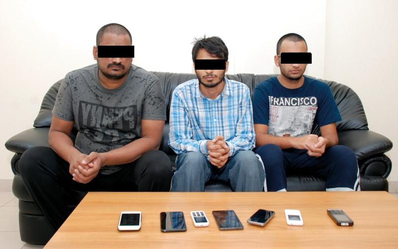 الصورة: القبض على عصابة «الاحتيال الهاتفي» في خورفكان