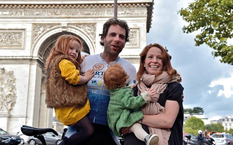 الصورة: يطوف حول العالم على درّاجة في 78 يوماً