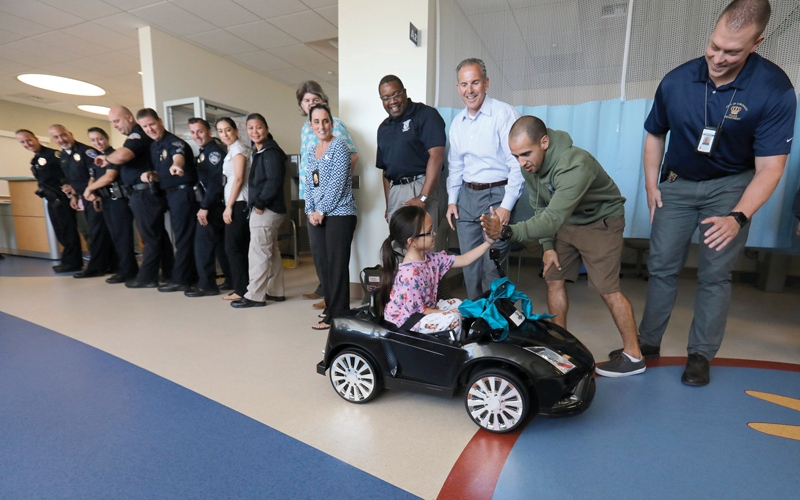 الصورة: مستشفى يسمح للأطفال بقيادة سيارات إلى غرفة العمليات