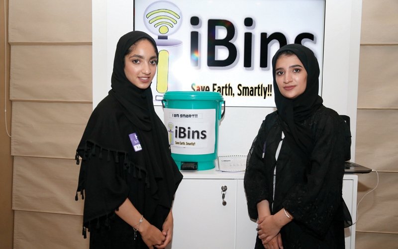 الصورة: طالبتان مواطنتان تبتكران حاوية ذكية لرصد النفايات