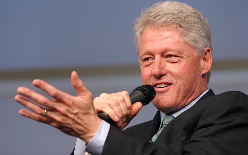 الصورة: الرئيس كلينتون روائياً.. و«سيناريست» قريباً