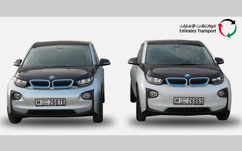 الصورة: «مواصلات الإمارات» تسلّم «الصحة»   أول مركبتين كهربائيتين