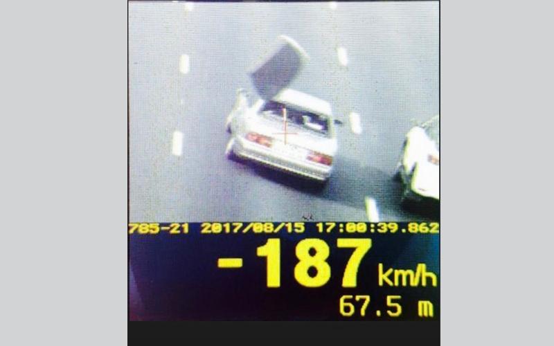 """الصورة: """"قناص أبوظبي"""" يرصد ويضبط مركبة تطاير زجاجها الخلفي بسبب السرعة الزائدة"""