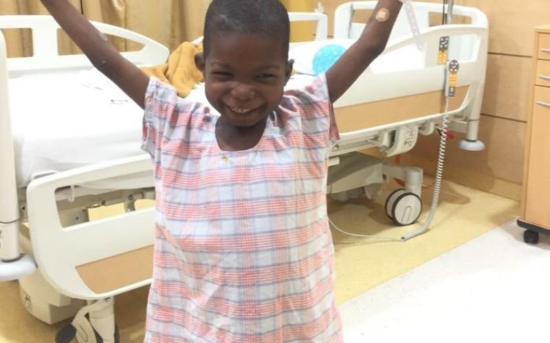 """الصورة: """"الطفل المعجزة"""" يتمكن من السير مجدداً بعد عملية جراحية دقيقة في الشارقة"""