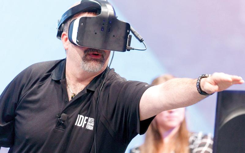 «أنتل» أكدت أن  نظارات الواقع الافتراضي المتصلة بمنفذ طاقة أكثر كفاءة. من المصدر