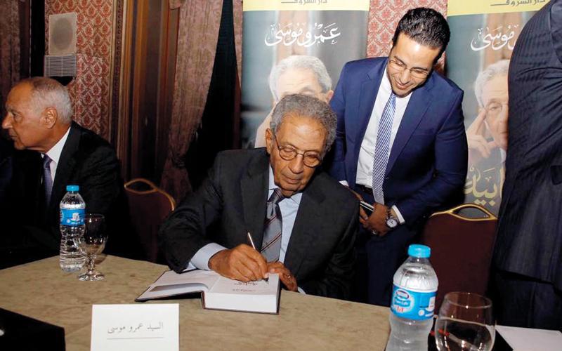 موسى يوقع على نسخ من الكتاب لأفراد الجمهور الذين حضروا إطلاق الكتاب. الإمارات اليوم
