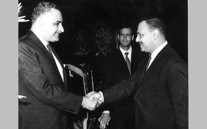سامي شرف (إلى اليمين) حاول إقناع عبدالناصر بالعدول عن تزويج ابنته لأشرف مروان. أرشيفية