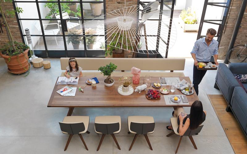 طاولة الطعام الكبيرة.. محور الحياة الأسرية