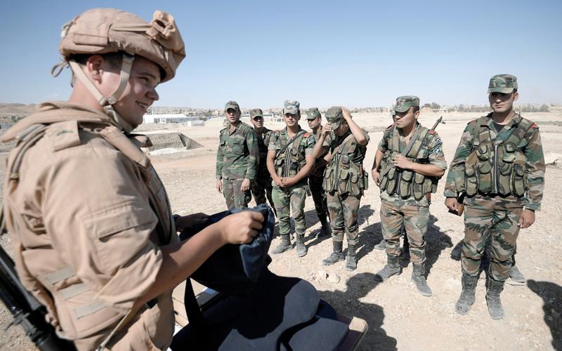 خبير روسي يدرّب جنود النظام السوري قرب تدمر. أرشيفية