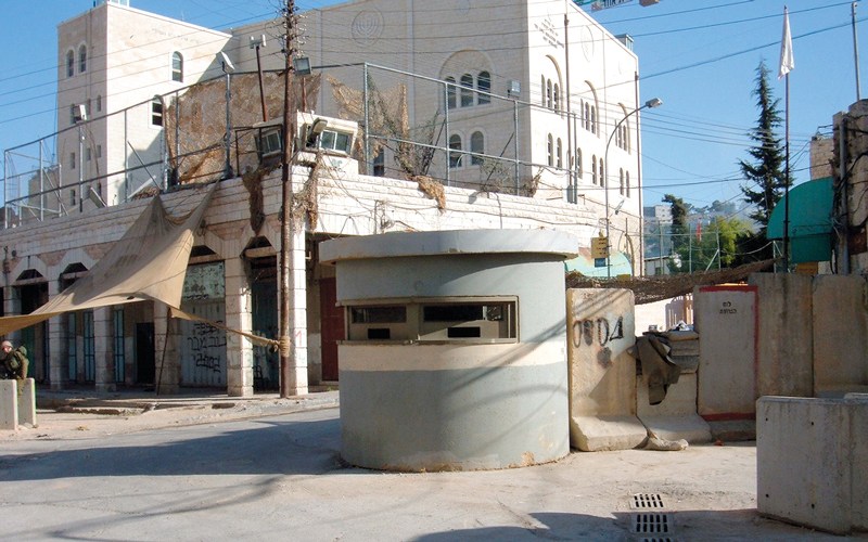 حاجز إسرائيلي بمنطقة «باب البلدية» في البلدة القديمة. الإمارات اليوم