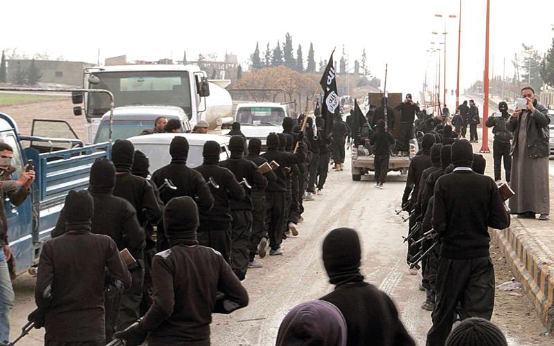 عناصر تنظيم «داعش» يسهل عليهم الخروج مع النازحين والاختفاء وسط صفوفهم.  أرشيفية