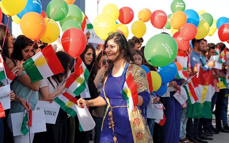 مواطنون أكراد يحتفلون بنتيجة الاستفتاء دون معرفة الآثار المترتبة على ذلك.  إي.بي.إيه