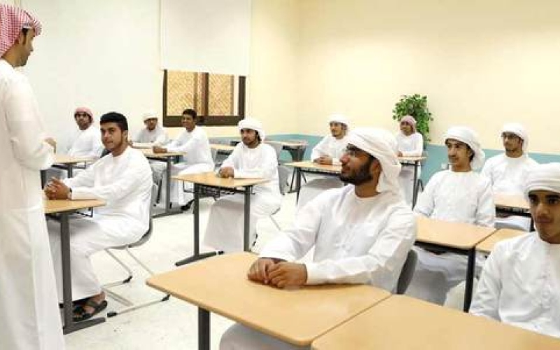 الصورة: شاهد.. ردة فعل معلم في رأس الخيمة بعد زيارة طلابه السابقين
