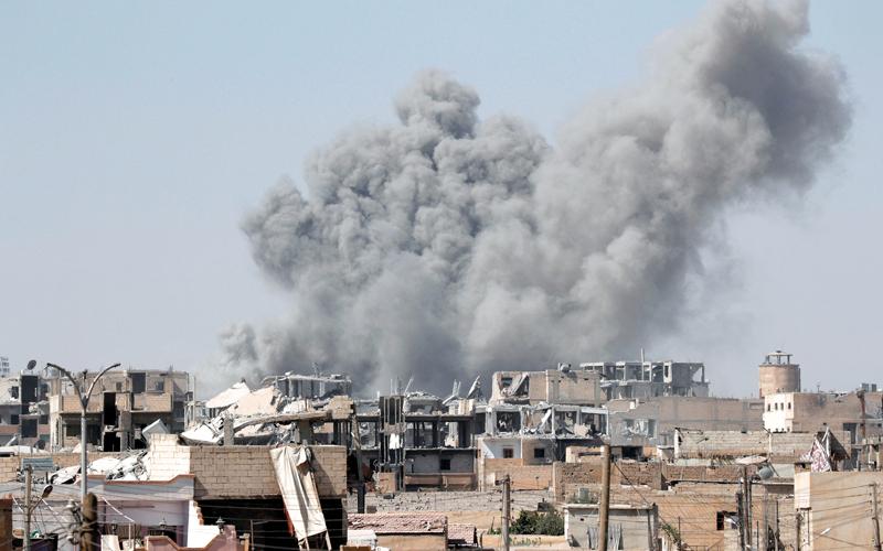 دخان يتصاعد من موقع اشتباك بين «داعش» وقوات سورية الديمقراطية في الرقة.  رويترز