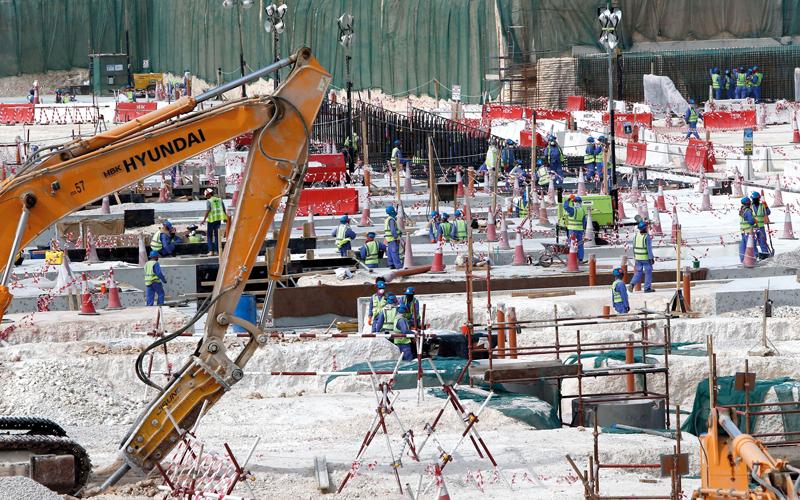 عمال أجانب في مواقع البناء في مرافق كأس العالم في قطر. أ.ف.ب