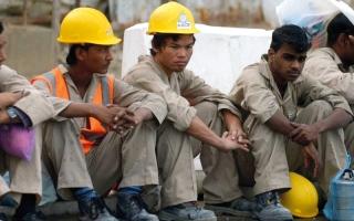 الصورة: عامل نيبالي.. أحدث ضحايا ظروف العمل السيئة في قطر