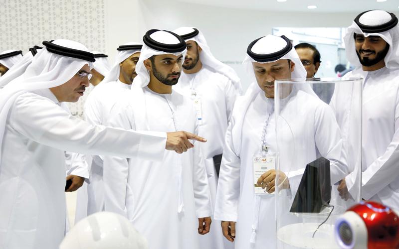 منصور بن محمد يطلع على أحدث الخدمات والمبادرات والحلول الذكية لـ «كهرباء دبي». من المصدر