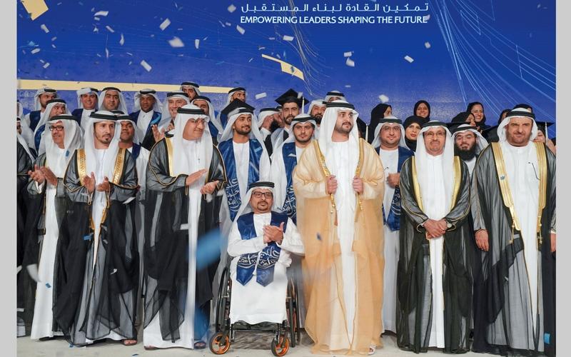 الصورة: مكتوم بن محمد يشهد حفل تخريج الدفعة الرابعة من كلية محمد بن راشد للإدارة الحكومية