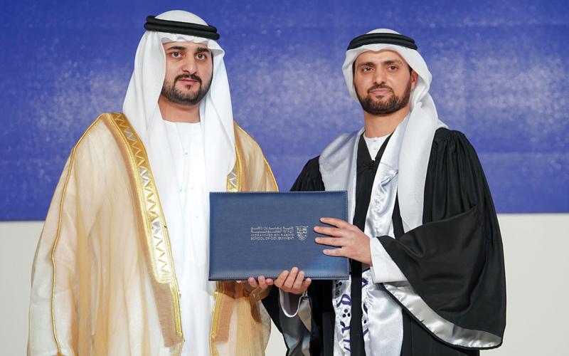 مكتوم بن محمد يشهد حفل تخريج الدفعة الرابعة من كلية محمد بن راشد للإدارة الحكومية