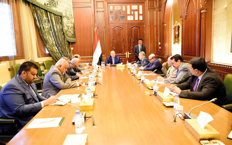الرئيس اليمني خلال اجتماعه مع هيئة مستشاريه. سبأنت
