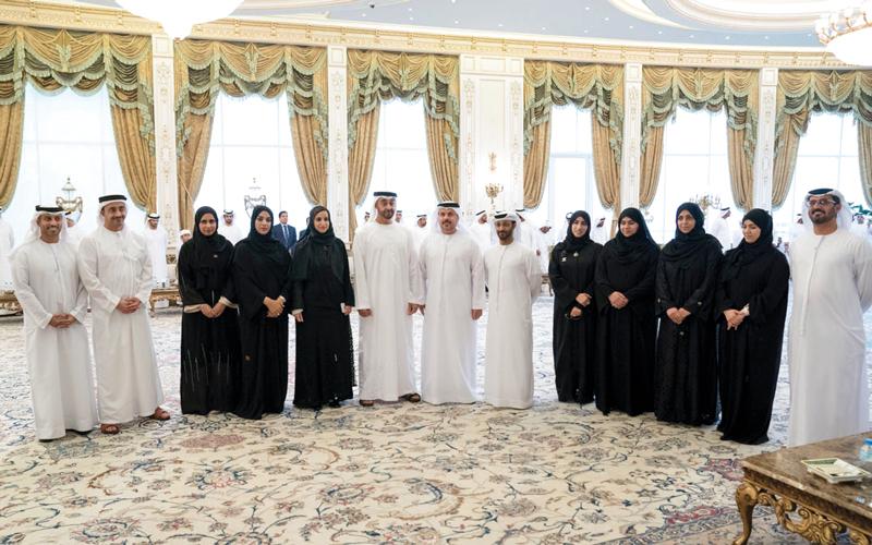 محمد بن زايد خلال استقبال المهندسين العاملين على مشروع تطوير المنشآت التعليمية في الدولة. من المصدر