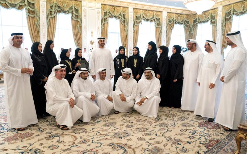 محمد بن زايد يتوسط فريق «قوة الصحراء» الإماراتي المشارك في مسابقة «فورمولا1» العالمية للطلبة بماليزيا. وام