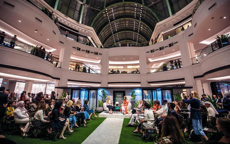 «سيمبلي».. دبي منصّة «للمؤثرات» في عالم الموضة والجمال