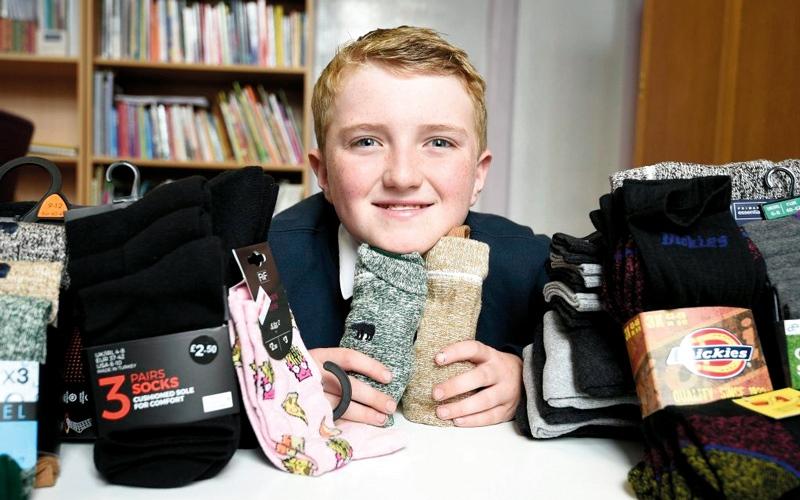 الصورة: صبي بريطاني يوفر الجوارب  الجديدة للمشردين