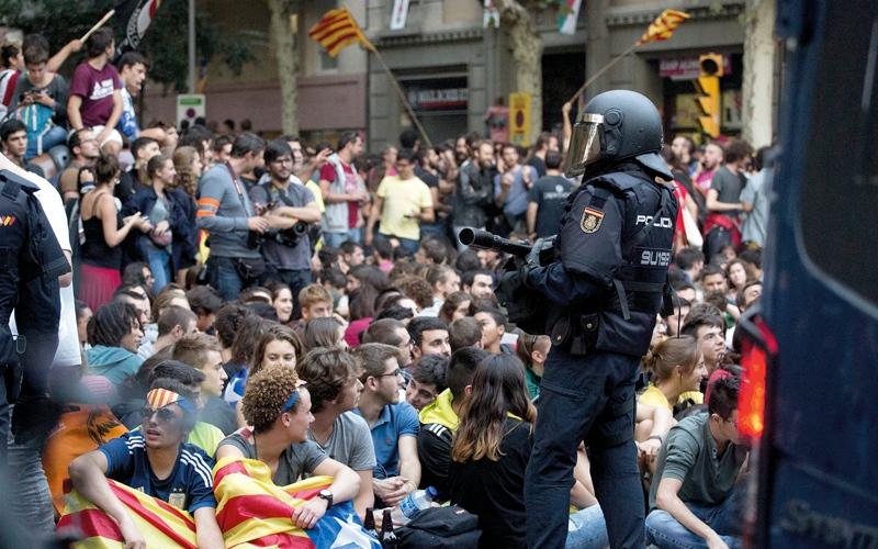 الصورة: اليمين الإسباني المتشدد يطلّ برأسه من نافذة كاتالونيا