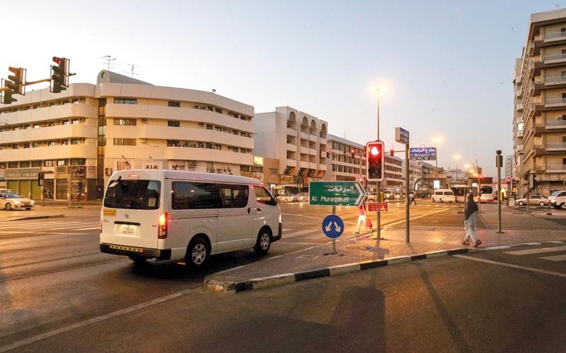 الصورة: جدار ضوئي افتراضي ينبه السائقين إلى عدم تجاوز الإشارة الحمراء
