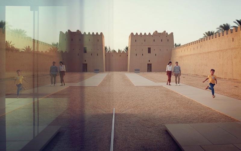 الصورة: بشت ملكي وعيالة ومقناص في قصر المويجعي