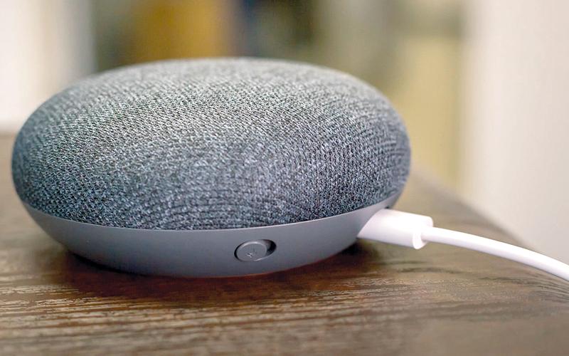 حشدت «غوغل» جميع إمكاناتها في علوم وتطبيقات الذكاء الاصطناعي في «هوم ميني» لينافس «إيكو دوت» من شركة «أمازون». من المصدر