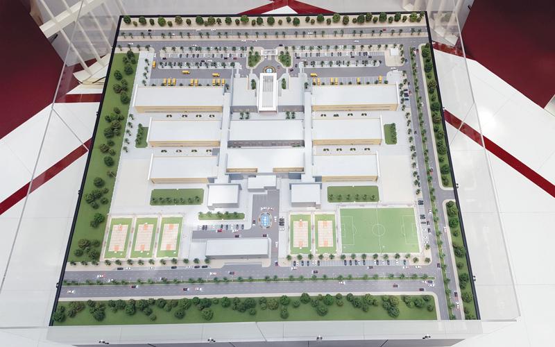 المجمعات تضمّ فصولاً ومختبرات وحدائق وعيادات ومرافق رياضية.  من المصدر