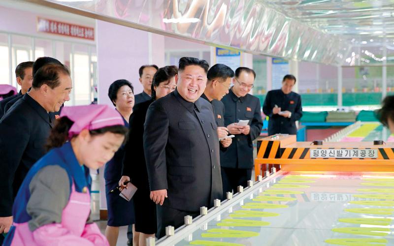 رئيس كوريا الشمالية ظهر في العلن ليتفقد أحد مصانع الأحذية. كي سي إن إيه