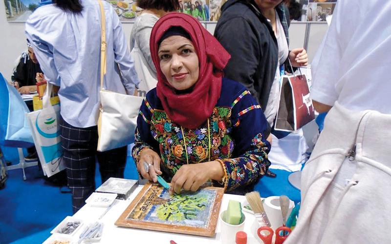 رسيلة عبيدات خلال مشاركتها هي وزميلاتها في معرض دولي في كوريا. الإمارات اليوم
