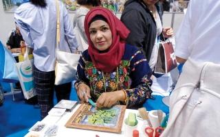 الصورة: نساء أريحا ينقشن التاريخ على لوحات  وأوانٍ من الفسيفساء